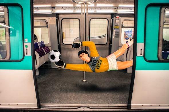 Clarisse Rebotier fotografia photoshop brinquedos bonecos na cidade surreal divertido