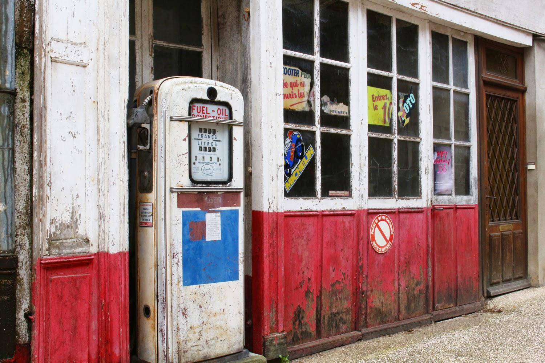 Vieille pompe à essence - Lormes