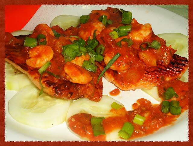 Salmão grelhado no molho de camarão cinza