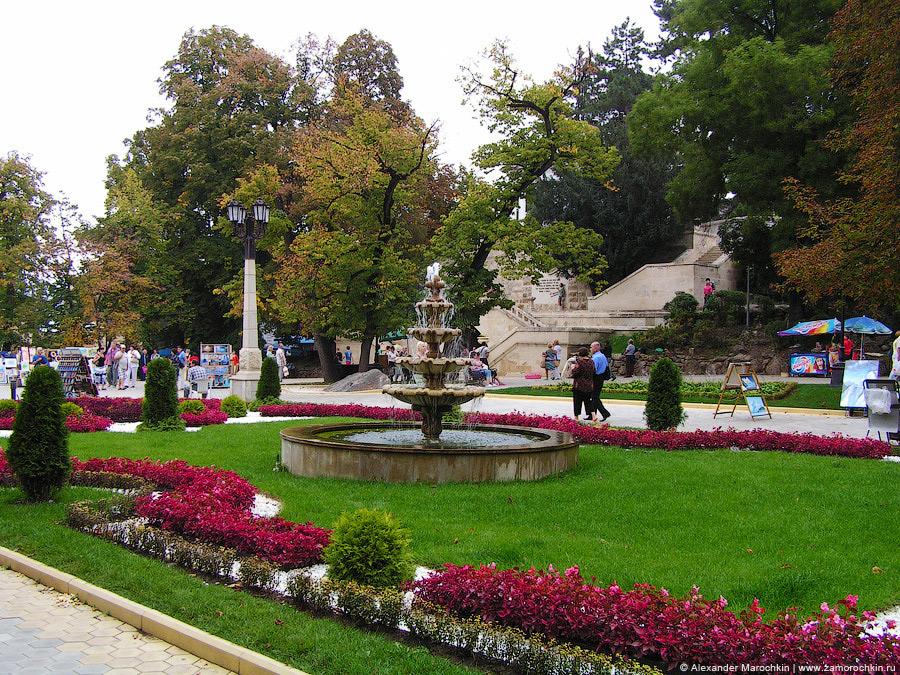 Фонтан и цветочные клумбы в Курортном парке Кисловодска