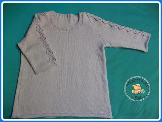 sweter z ażurowym motywem na rękawie