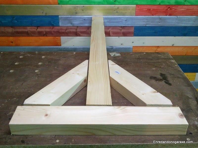 Soportes de la valla de madera a 60 grados. Enredandonogaraxe.com
