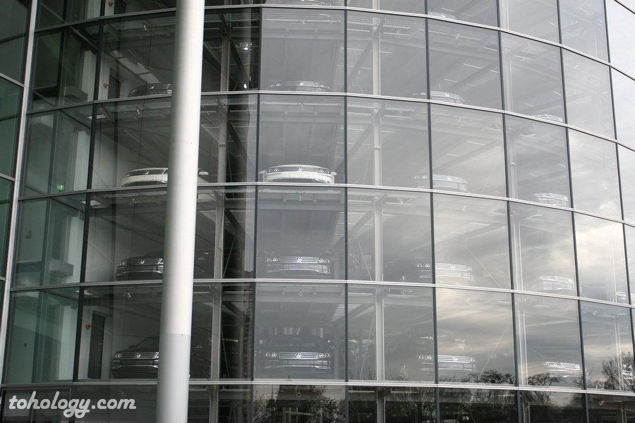 Vehicle tower of the Volkswagen Transparent Factory / Башня-склад готовых автомобилей