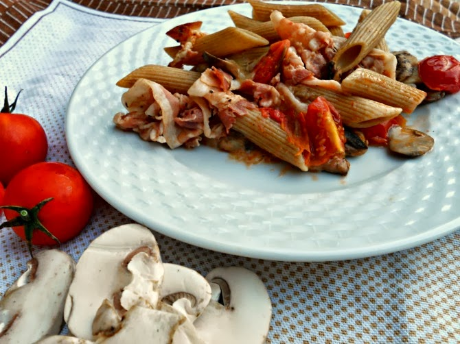 pasta integrale al forno con funghi pancetta e pomodori - baked brown pasta with mushrooms, bacon and tomatoes