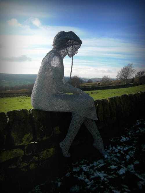 Derek Kinzett esculturas feitas de arames Sonhos e reflexões