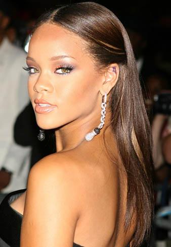 Rihanna saçlarını çikolata kahveye boyatmış ve uzun saçlarına düz fön çektirmiştir. Rihanna bu saç modeli ile oldukça doğal bir görünüm elde etmiştir. Aynı zamanda her zaman olduğu gibi kışkırtıcı görünümünden ödün vermemektedir.