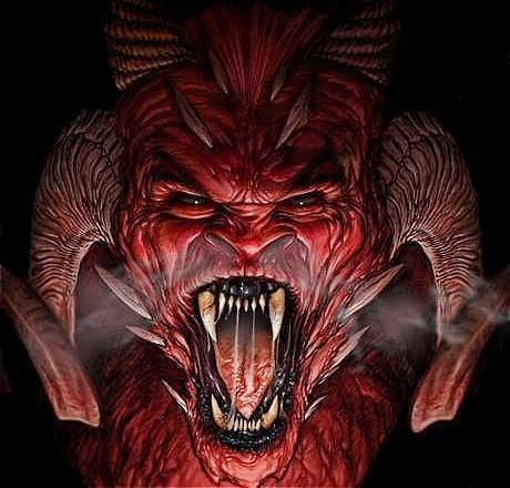 Rostro del Diablo o Satanás con enormes cuernos y colmillos