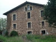 La façana nord de l'Arboç amb una fornícula de trencadís i finestres emmotllurades