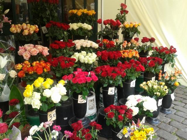 Puesto de flores en la plaza central de Torun