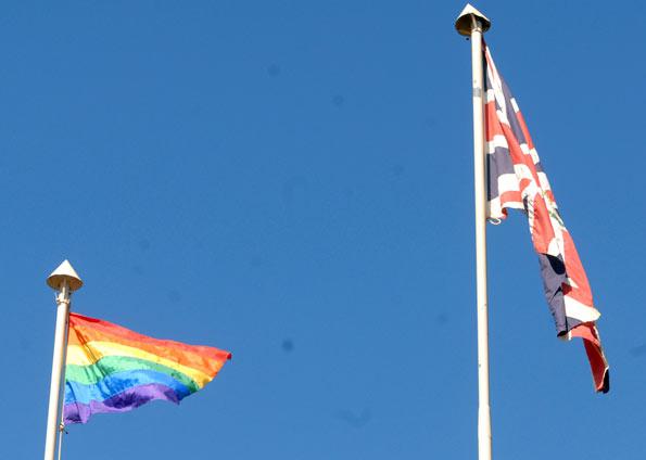 Bandeira que representa o movimento LGBT fica ao lado da bandeira britânica (Foto: Valter Campanato/Agência Brasil)