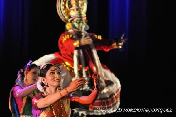Presentación del espectáculo Nrityarupa, selección de bailes folclóricos y clásicos hindúes, durante la inauguración oficial del Festival de la Cultura India, en el teatro Mella, en La Habana, Cuba,