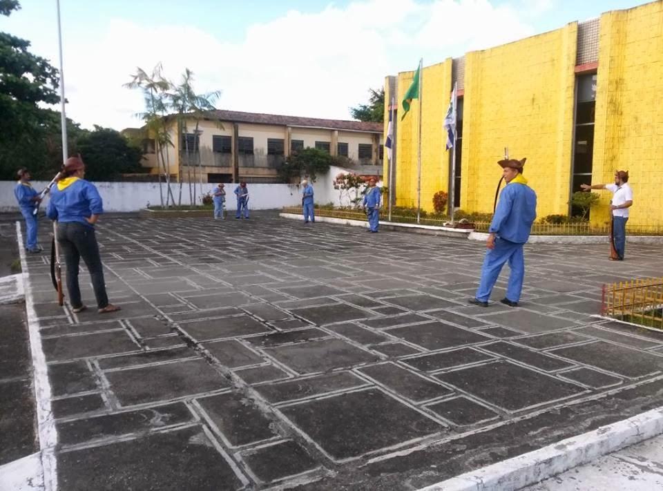 Bacamarteiros da SOBAC realizam salvas de tiros da paz em frente à Câmara dos Vereadores do Cabo.