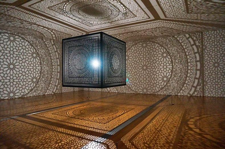 Cubo de madera cortado con láser llena habitación con increíble sombras artísticas