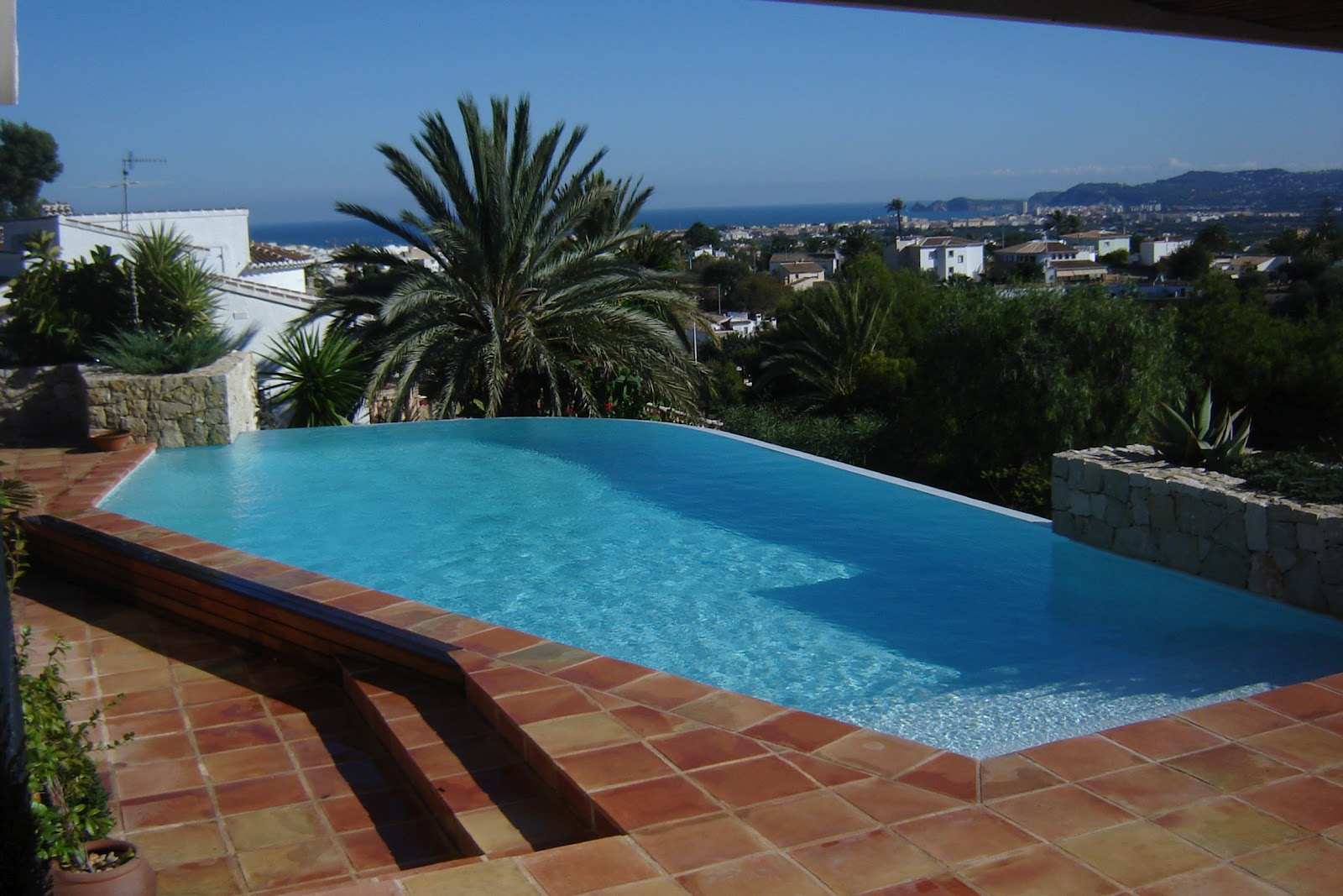 Pavimentos exteriores de piscinas lucas gunitec - Piedras para piscinas ...