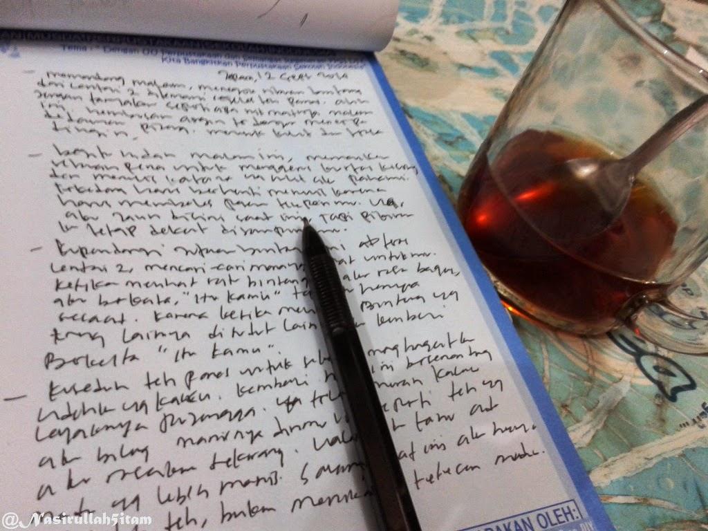 Note, pena, dan segelas teh hangat