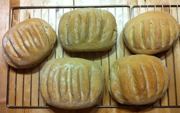 Bambini golosi il pane cotto nel forno a legna - Costruire forno a legna economico ...