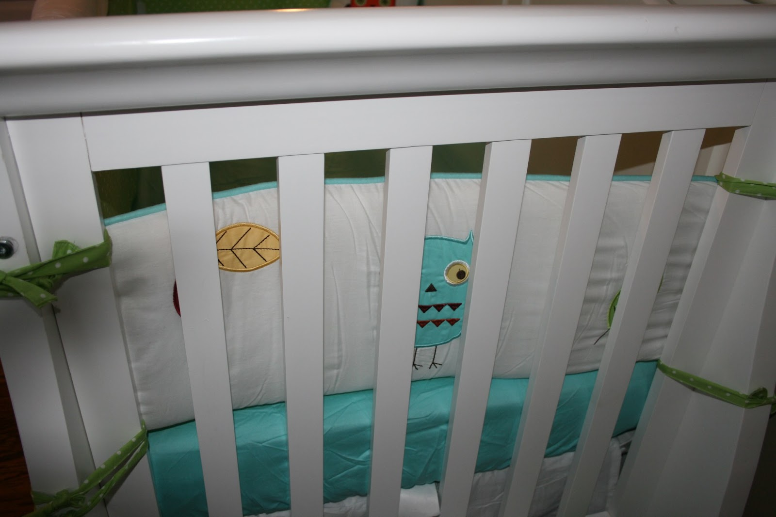 Popular The crib bumper uses crisp white adorned with a scenery of owl and leaf appliqu s The bumper is finished with turquoise piping and lime mini dot printed