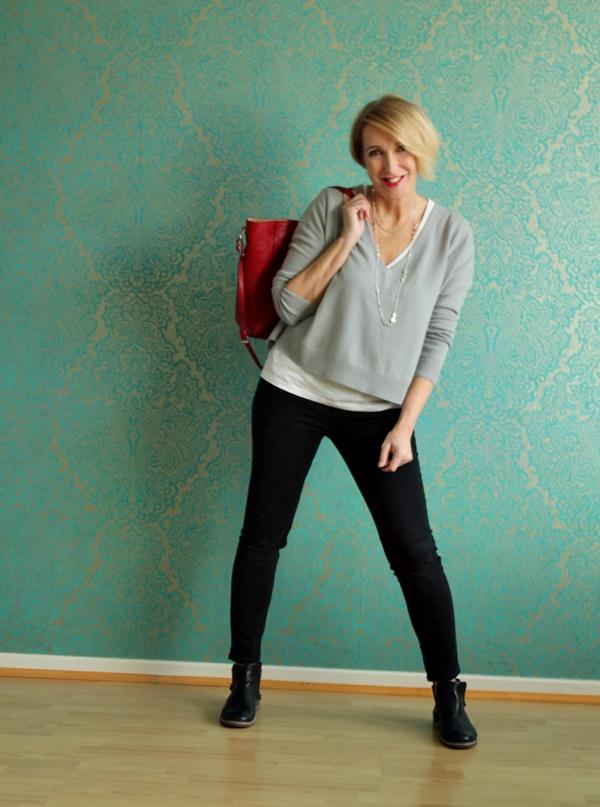 Outfit mit Grau, Weiß, Schwarz und roter Tasche Tasche