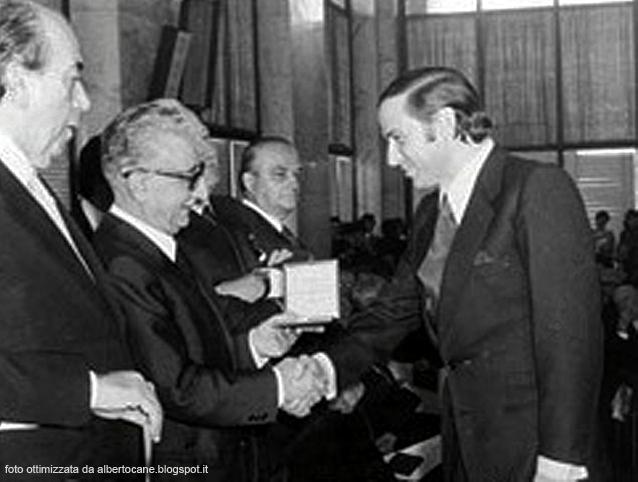 Berlusconi viene nominato Cavaliere del lavoro dal presidente della Repubblica Giovanni Leone 1977