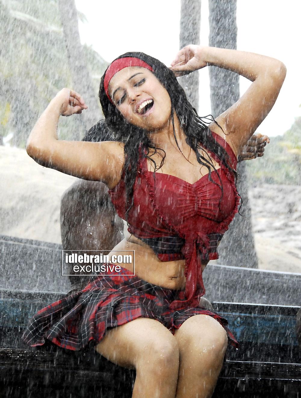 kollywood mirchi: nayanthara wet boobs navel show gallery in kuselan hd