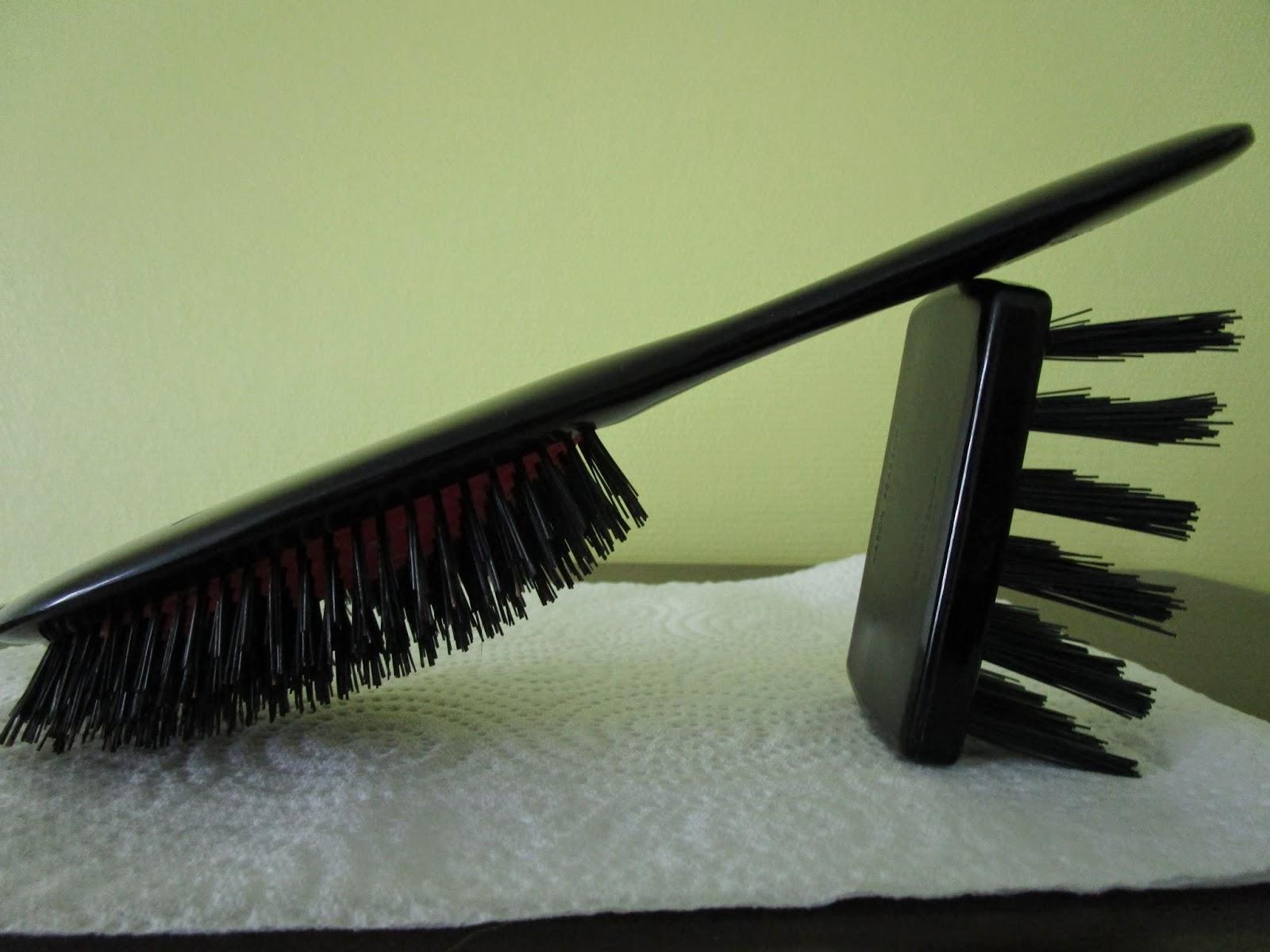 Le nettoyage de salon de la personne