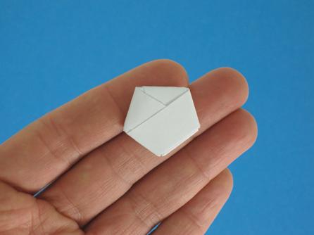 Sebelum menjadi bintang kertas yang kita lipat akan membentuk segi 5