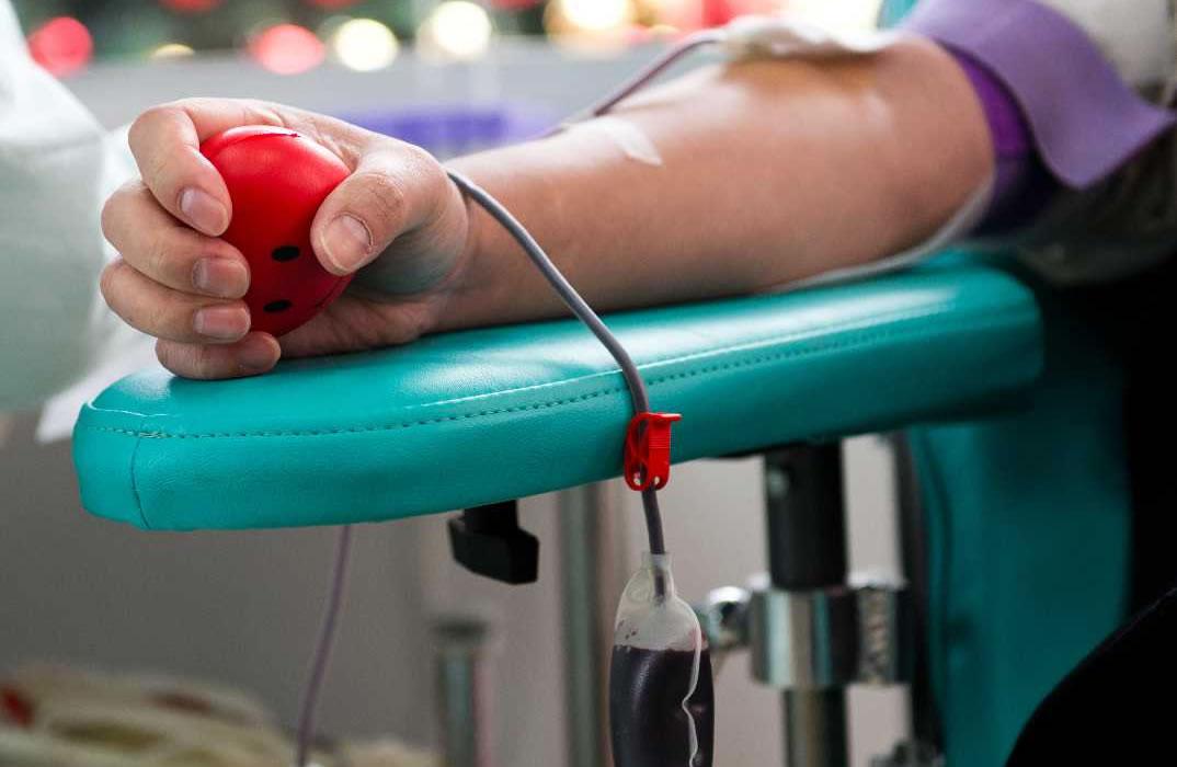 França muda regras para permitir doação de sangue por gays, homens bi e trans