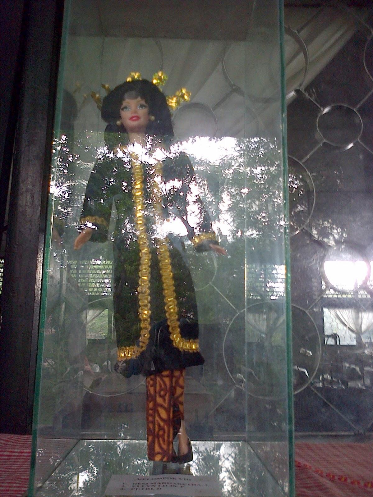 Sisa Kain Perca diolah menjadi Busana Adat Pada Boneka ...