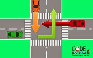 السيارة الخضراء ليمن ديالها خاوي تعمر وسط الطريق و توقف في هاد لحظة ليمن ديال السيارة البرتقالية خوى تدوز من بعد السيارة الحمراء عاد يمكن لسيارة الخضراء تكمل الطريق ديالها.