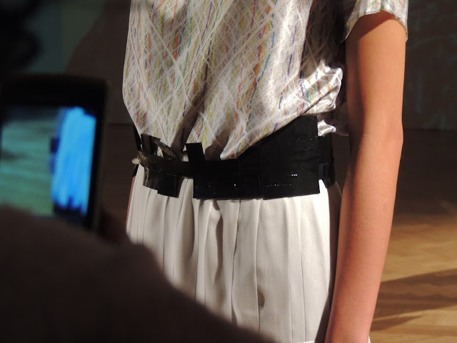 Waist belt in patent black with cuboid pattern