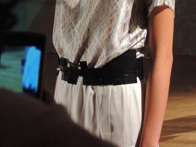 Waist belt in patent black with cuboid pattern