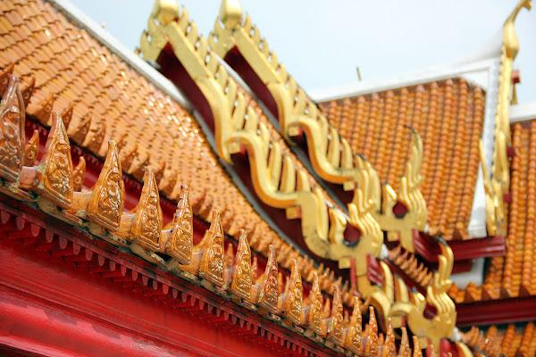 Detalles de los tejados tailandeses del Templo de Mármol