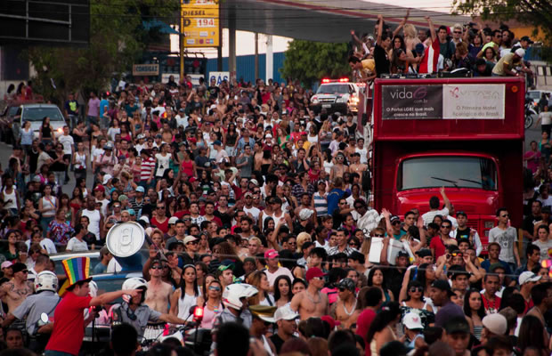 Em 2011, segunda edição da Parada LGBT de Taboão da Serra atrai mais de 40 mil pessoas (Foto: W.Reader)