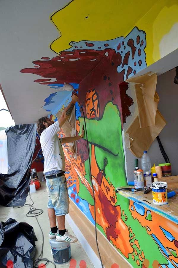 José Chacón barnizando el mural