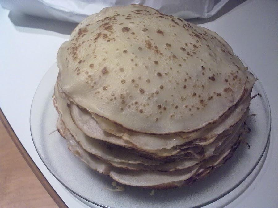 Canelones hecho de tortitas o panqueques y rellenos de berenjena y queso ricota