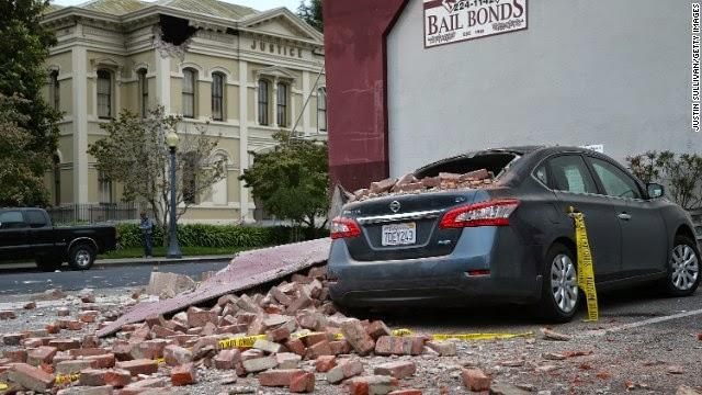 Batu bata dari bangunan rusak duduk di atas mobil pada tanggal 24 Agustus di Napa, California.