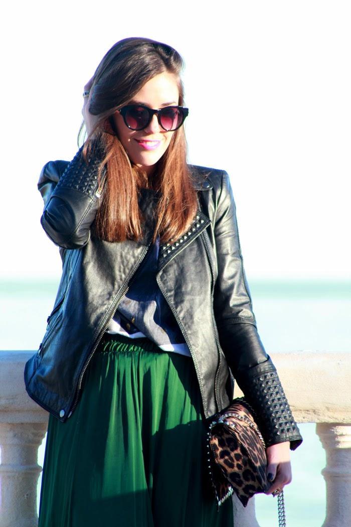 Perfecto de cuero, falda larga verde, bolso de leopardo, converse