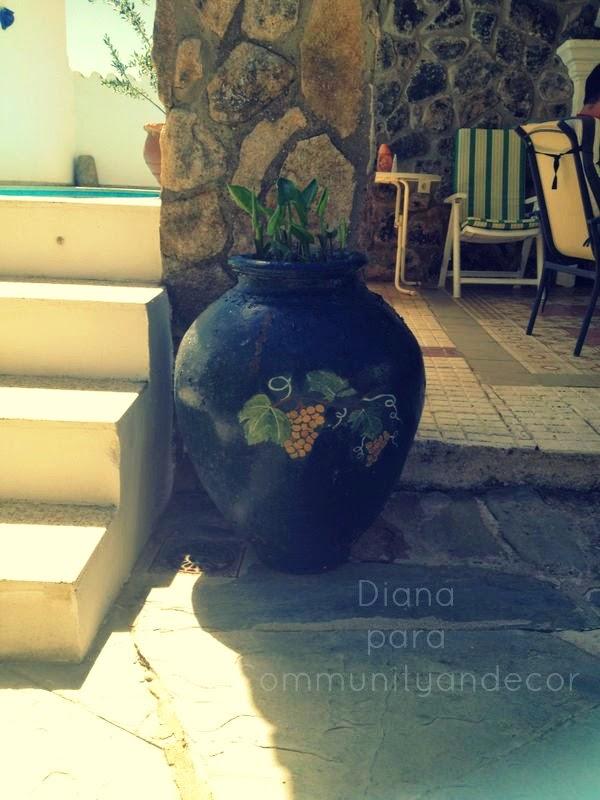 Antigua tinaja reciclada en macetero para el jardin