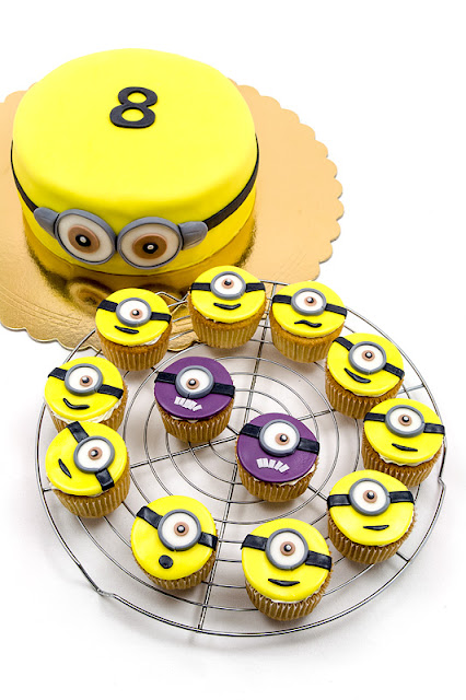 Minion cake and cupcakes Torta minioni in kolački front and top