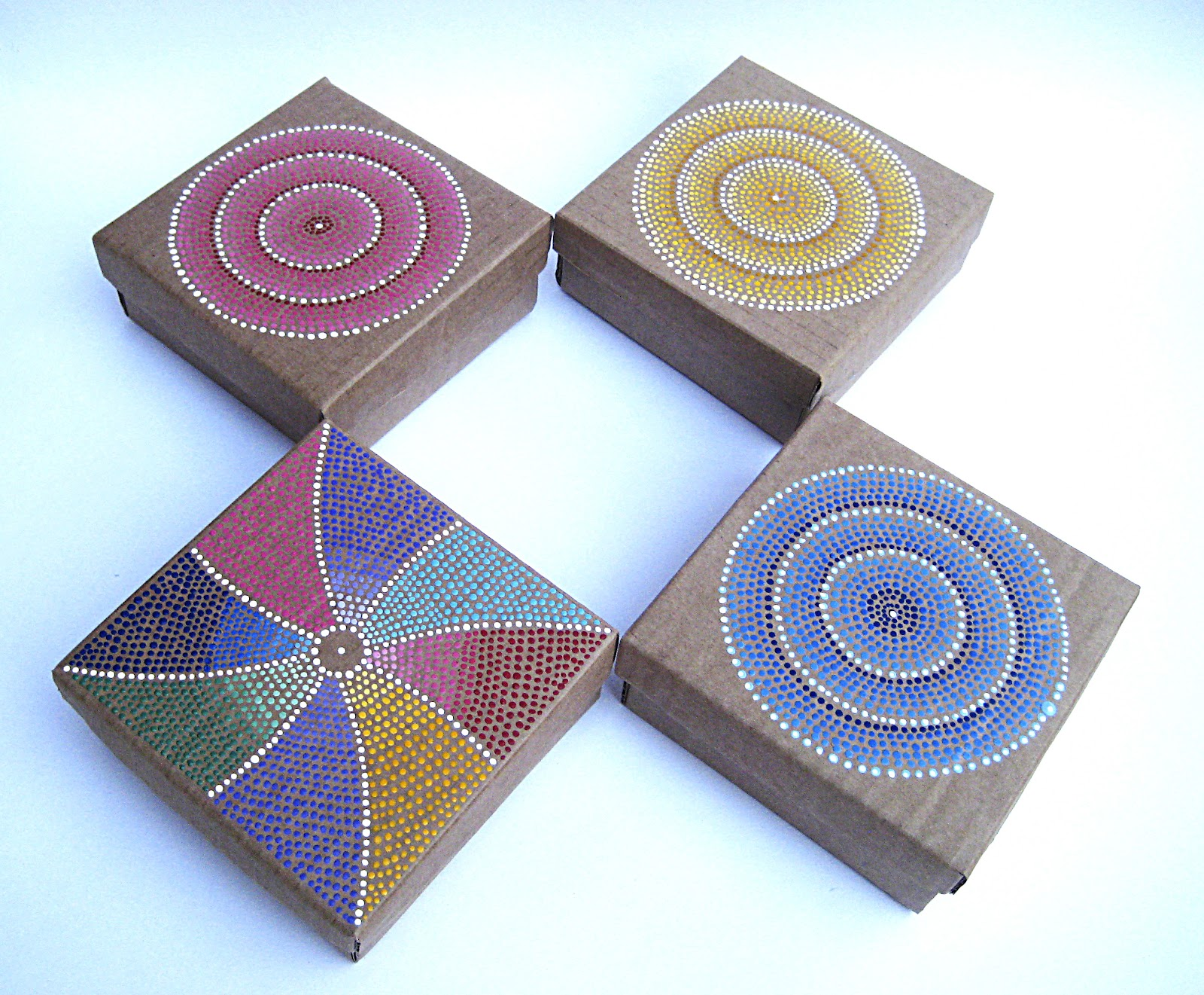 Malena valc rcel original art cajas de cart n reciclado for Tecnica para pintar piedras