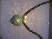 colar miçangas c pingente de coraçao (pedra)