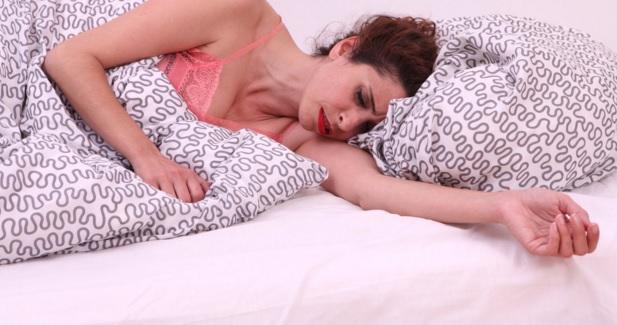 Studimi - të fjeturit anash shkakton ankth në gjumë