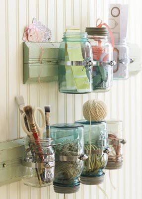 Si usted puede colocar o crear una costura en los frascos de vidrio, no tendrá ninguna dificultad. Basta con poner una ancha cinta, una tira de papel de
