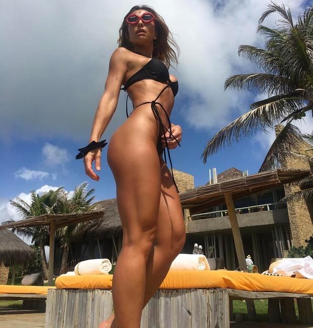 Sabrina Sato usa maiô supercavado e corpo impecável fica em evidência
