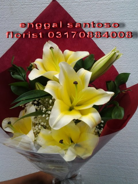 bunga tangan ( fourhand ) lily cassablanca, hand bouquet florist surabaya murah dan online