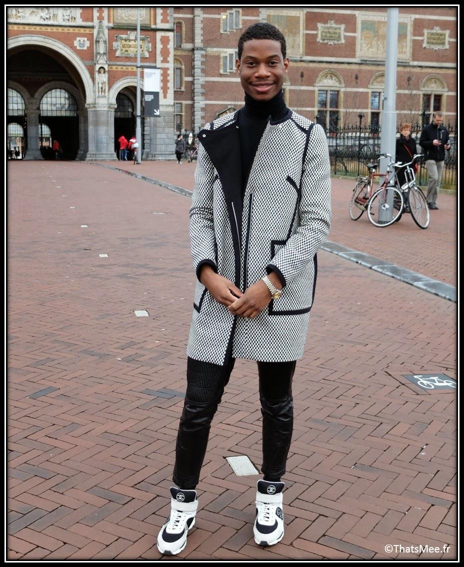 manteau caban noir et blanc damier Karen Millen, pantalon biker tregging noir H&M, un pull coll roulé noir hommes Zara, sneakers noire et blanches Chanel