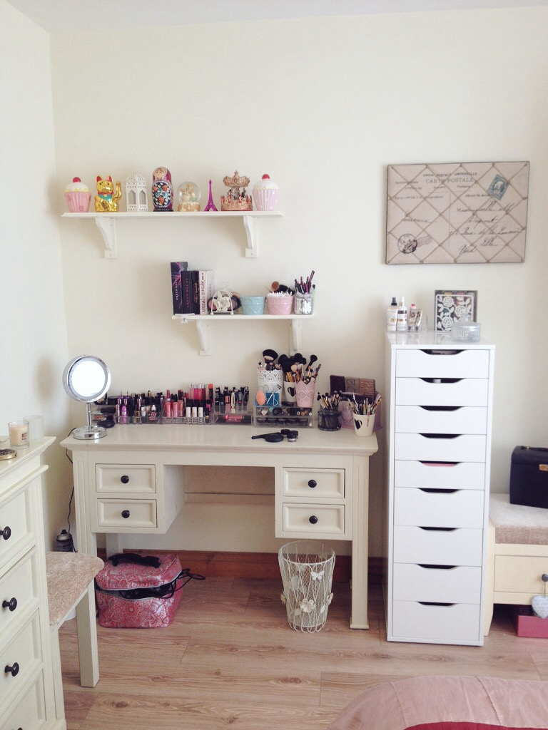 Long hair and lashes makeup organization storage part 1 for Dressing table beauty parlour