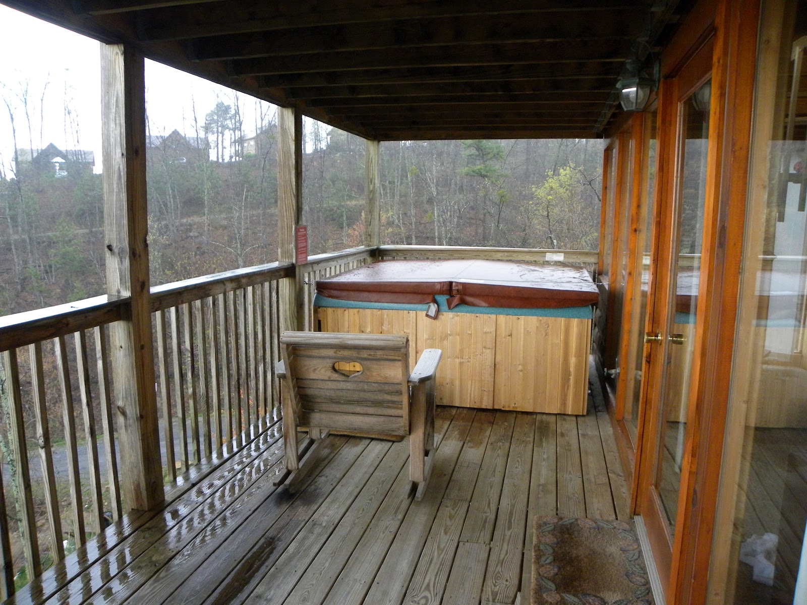 Amusement authority dollywood vacations ladybug cabin for Cottages with sauna and hot tub