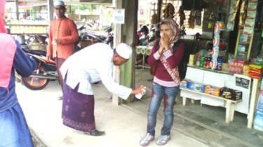 Semprotan cat untuk warga Aceh bercelana ketat