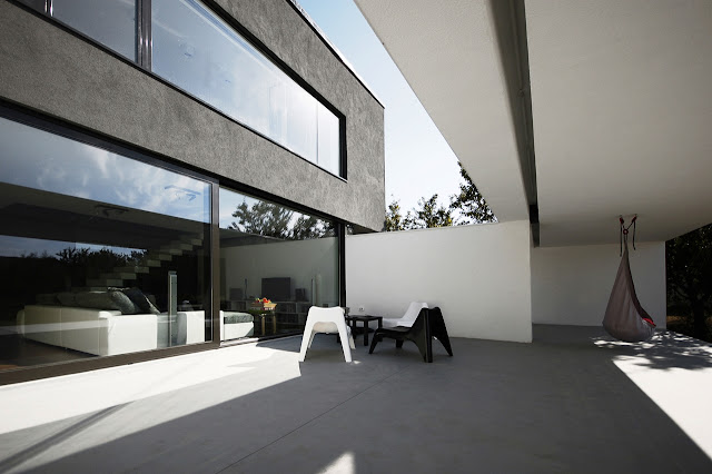 Partly covered terrace of Black On White House by Parasite Studio